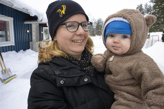 Linda Sandström med minstingen Eddie. Mycket av vardagarna går åt till att få allas tidtabeller att gå ihop.
