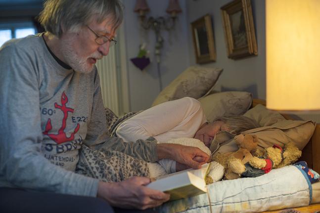 Varje dag avslutas med att Leif läser en andakt för Gita.