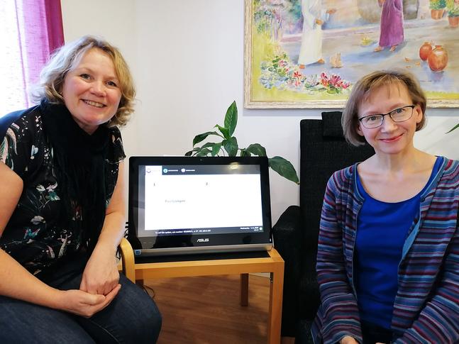 Liz Karlsson (till vänster) och Eva-Helena Hansen uppskattar de regelbundna digitala träffarna med seniorer.
