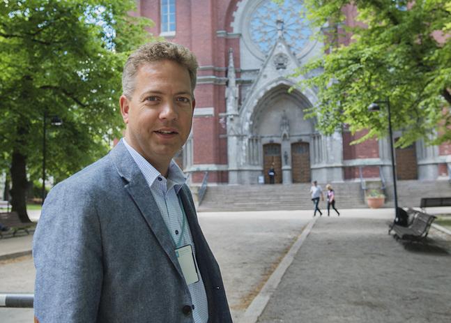 Lucas Snellman utanför Johanneskyrkan, därifrån Yle sände den första svenskspråkiga radiogudstjänsten år 1926.
