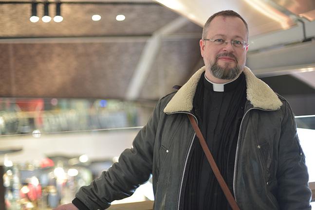 Mikael Busck-Nielsen är den enda svenskspråkiga  prästen som jobbar i ett köpcenter i  Helsingfors.