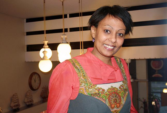 Muluken Cederborg jobbar till vardags med integrationsfrågor vid Luckan i Helsingfors.