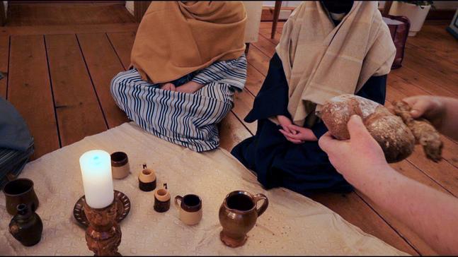 I videoandakten ingår olika scener från påskens händelser.