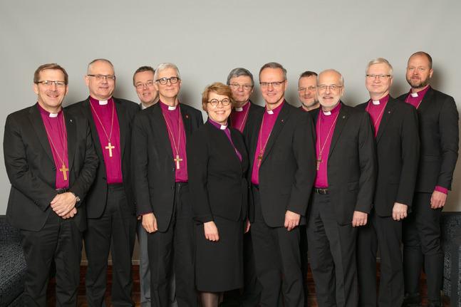 Biskoparnas syn på hur kyrkans äktenskap borde se ut placerar sig över hela skalan. På bilden fr.v. biskoparna Keskitalo, Åstrand, fältbiskop Pekka Särkiö, Repo, Hintikka, Kalliala, ärkebiskop Luoma, Jolkkonen, Peura, Häkkinen och Laajasalo.