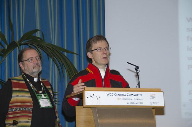 Samisk kirkeråds generalsekreterare Tore Johnsen talar på Kyrkornas världsråds centralkommittés möte i Trondheim.