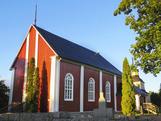 Att Replot kyrka lutar märkbart åt söder beror på ett konstruktionsfel när den byggdes på 1780-talet.