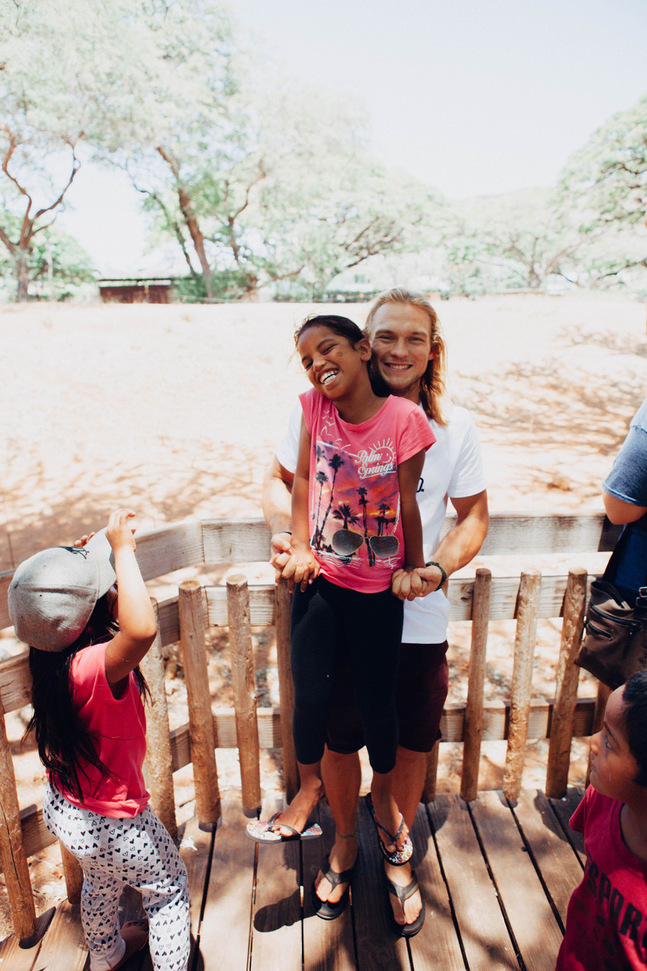 I Hawaii jobbar Samuel Snellman bland annat med barn som deltar i efter-skolan-programmet Ulu Pono. Han uppskattar ansvaret och utmaningarna volontärjobbet ger.
