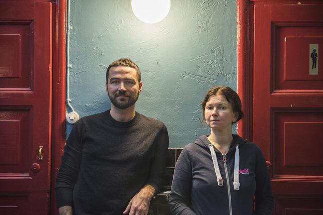 Semjon Aleksandrovskij och Ksenja Peretruchina tror att vi behöver övning i att våga se det som sker i det fördolda.