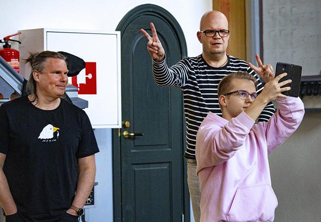Patrik Frisk (fr. v.), Kjell Lönnqvist och Sebastian Jokinen hälsar välkommen till onsdagskvällens ungdomssamling.