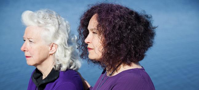 Carita Holmström (till vänster) och Annika Cleo använde sina egna erfarenheter av sorg när de skrev material för konserten.