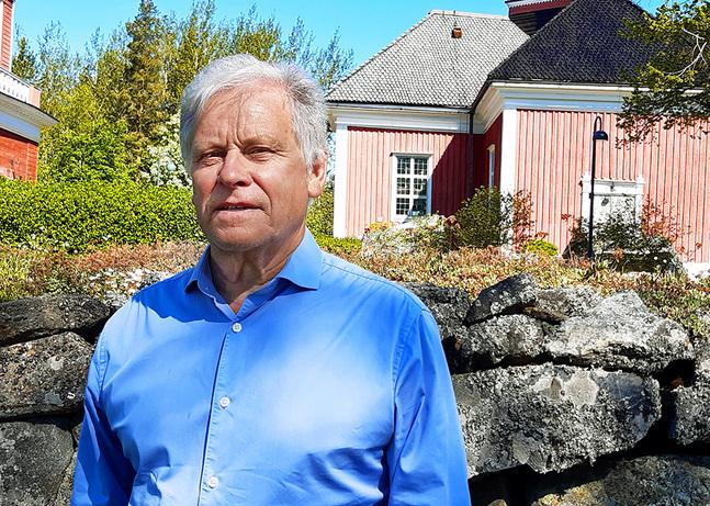 Stefan Granqvist bor i centrum av Petalax, med utsikt över kyrkan.