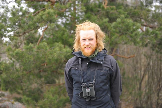 Tom Nylund är ofta utrustad med kikare. Han vill följa med minsta myra till största duvhök. Därför gillar han vintern, då är intrycken färre.