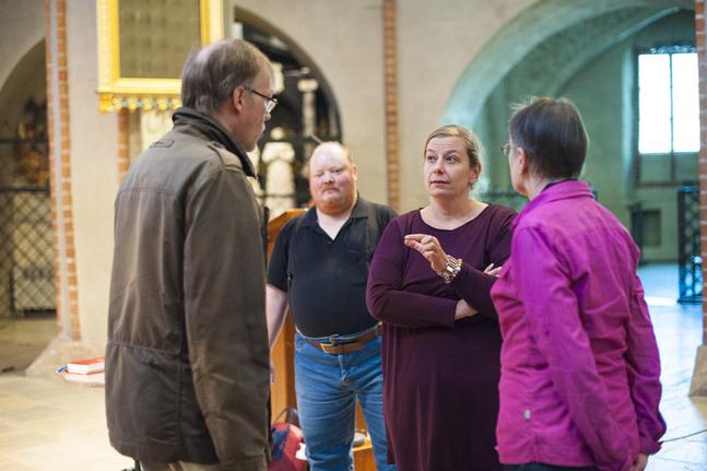 Johan Brandt T. Gäddnäs, Magnus Taxell, Mia Bäck och Mona Syrjälä diskuterar den knepiga akustiken i Åbo domkyrka.