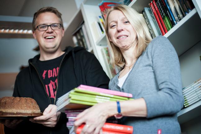 Dadelkaka och böcker är en strålande kombination, lovar Kalle Sällström och Åsa Nordström.