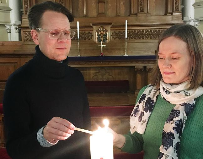 Kantorerna Dag-Ulrik Almqvist och Anne Hätönen låter ljuset från Kristusljuset gå vidare.