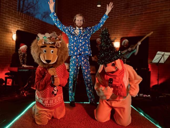 I Matteus Masked Singers sjunger bland annat en björn, en kamel och en åsna julsånger.