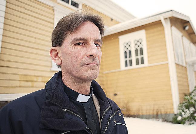 Domprost Mats Lindgård är bekymrad för vad som händer med församlingens verksamhet och identitet ifall församlingshemmet säljs.