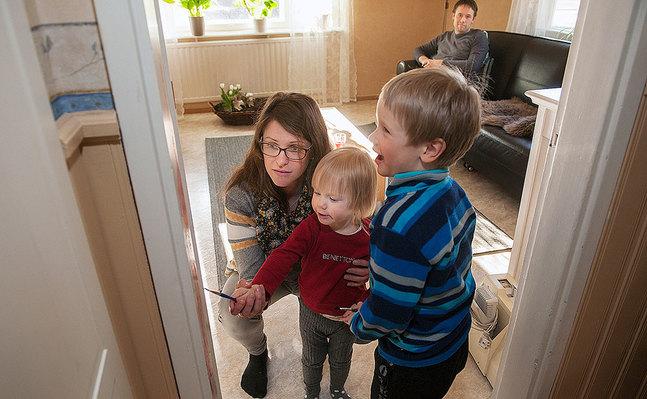 Familjen Löfqvist i Pedersöre har också i år bjudit hem vänner till en påskmåltid på skärtorsdagskvällen. Till ritualerna hör att Josef och Anna och andra närvarande barn får måla röd vattenfärg på dörrposterna. Det symboliserar lammets blod. Tillstånd att måla på dörrposterna ger mamma Malena och pappa Jonas bara en gång i året.