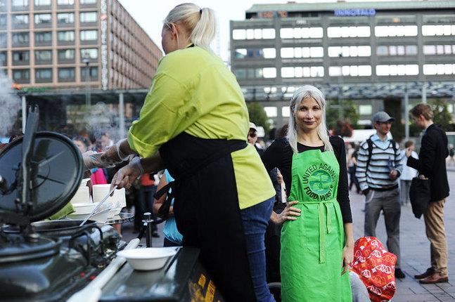 Matsvinnveckan pågår i Finland som bäst. På Narinken i Helsingfors delades grönsakssoppa ut, gjord på ratade råvaror.