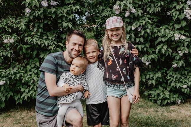 Fredrik Kass med sina barn minstingen Hilde, Arvid och Ingrid. Att prata om våra rädslor som föräldrar är något av det viktigaste av allt, anser Fredrik Kass.