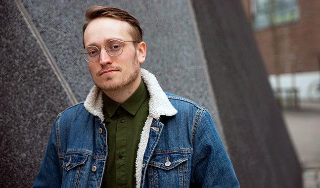 """Även om vissa av novellerna är skrivna i jagform är de inte självbiografiska. """"Jag har skapat ett fiktionaliserat jag"""", säger Axel Åhman."""