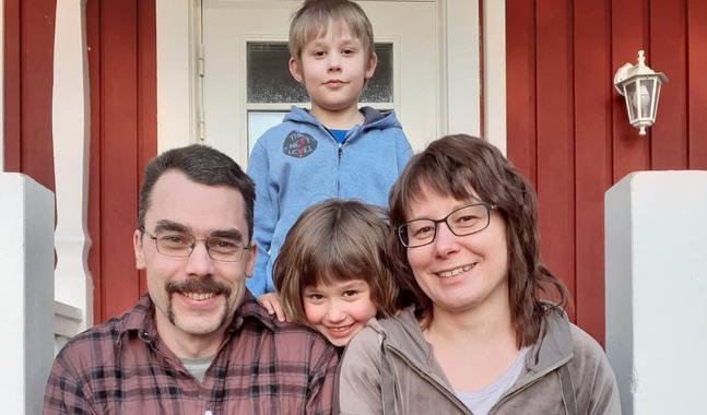 Med hjälp av sånger och böcker förmedlar Jonas och Malin Forsblom påskens budskap till barnen Johannes och Emma.