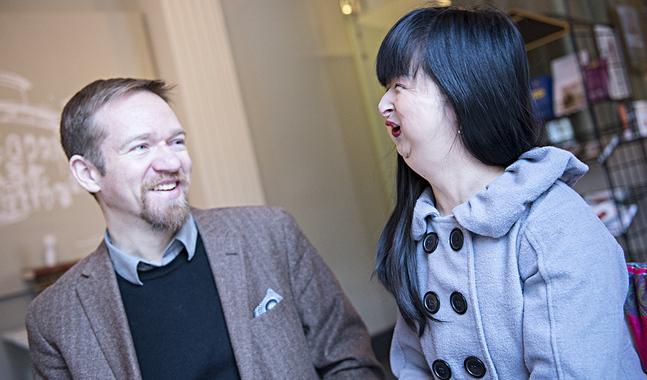 Simon Djupsjöbacka och Fiona Chow leder var sin kör, His Master's Noise och Furahakören. Nu bjuder de in en amerikansk gospelartist till Helsingfors för att fler ska inspireras av gospel.