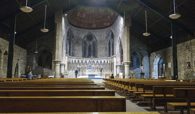 Den här bilden är tagen i St. Marys Church i Dingle, Irland. Där firar kyrkorna tillsvidare mässa, men inte med fler än 100 personer.