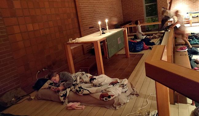 Sakta täcks golvet med sovsäckar och mjukisdjur.