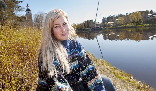 Anna Övergaard är en samhällsengagerad teologistuderande. Hon trivs i kyrkorummet där historia, kulturarv och traditioner förenas.