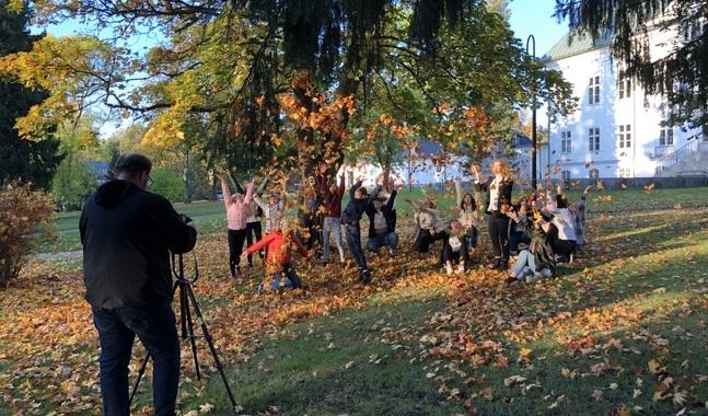 De virtuella allsångerna livas också upp av klipp och vyer utifrån – ungdomarna fick springa ut och kasta höstlöv som bildsättning till Carolas När löven faller.