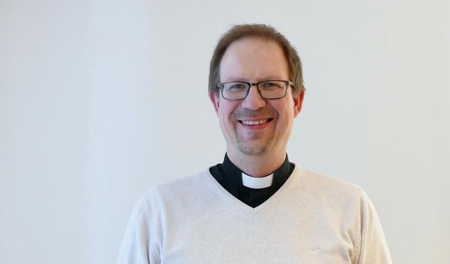 Rune Lindblom är präst i Korsholm. När han inte har prästskjortan på sig kan man också få se honom i motorcykelhjälm.