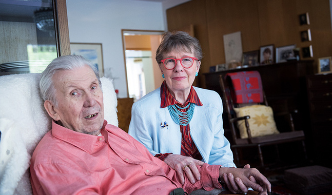 De träffades i början av 90-talet. Sirkka-Liisa Kiveläs bakgrund som professor och forskare i geriatrik hjälper henne i vården av minnessjuka Mauri Akkanen.