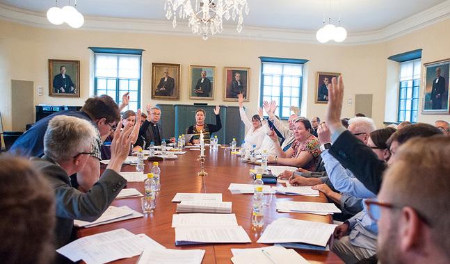 Stiftsfullmäktige består av sju präster och fjorton lekmän.