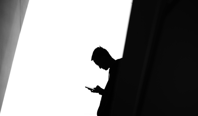 De jourhavande har vitt skilda yrken och arbetserfarenheter. De står aldrig ensamma i sin uppgift inom samtalstjänsten.