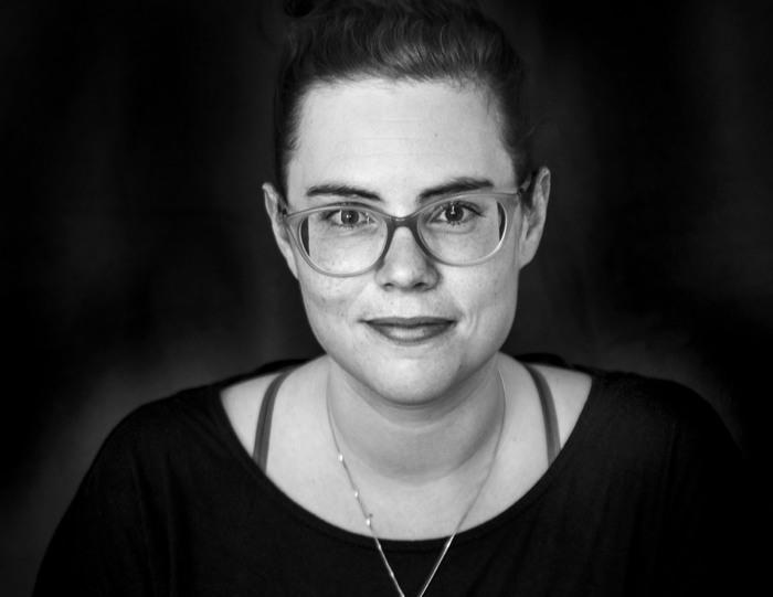 Nina Österholm ser rakt in i kameran i en svartvit bild